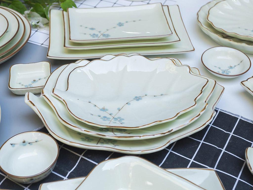 Bộ bát đĩa Bát Tràng men kem vẽ hoa Đào xanh đầy đủ - đĩa lá