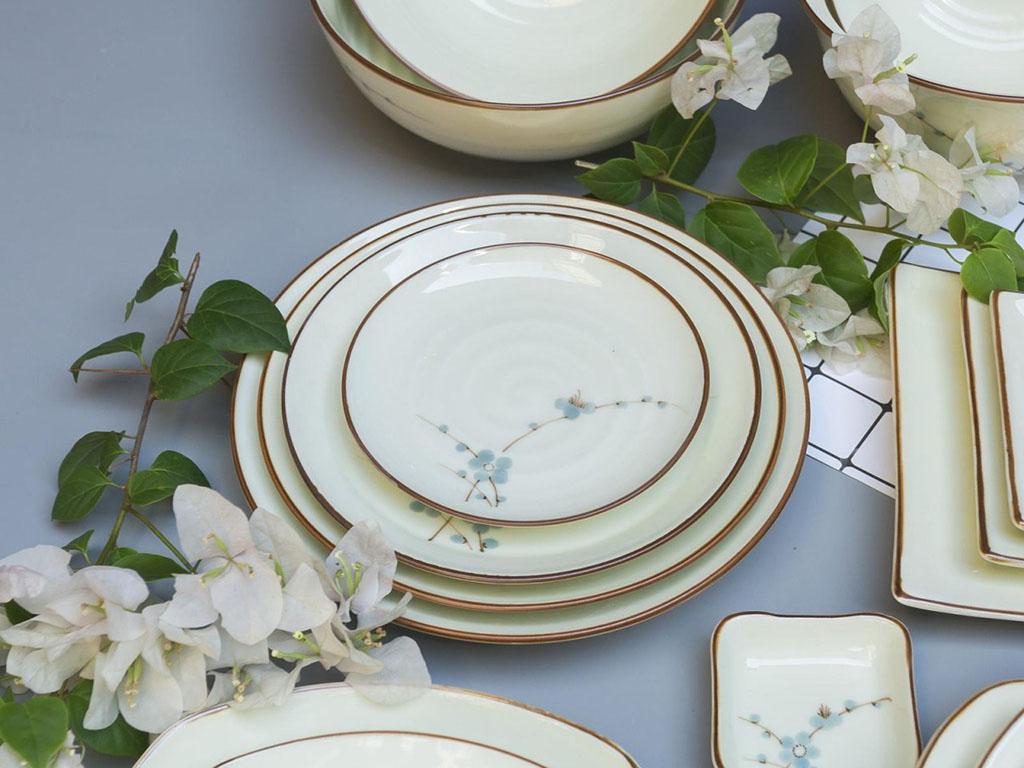 Bộ bát đĩa Bát Tràng men kem vẽ hoa Đào xanh đầy đủ - đĩa tròn