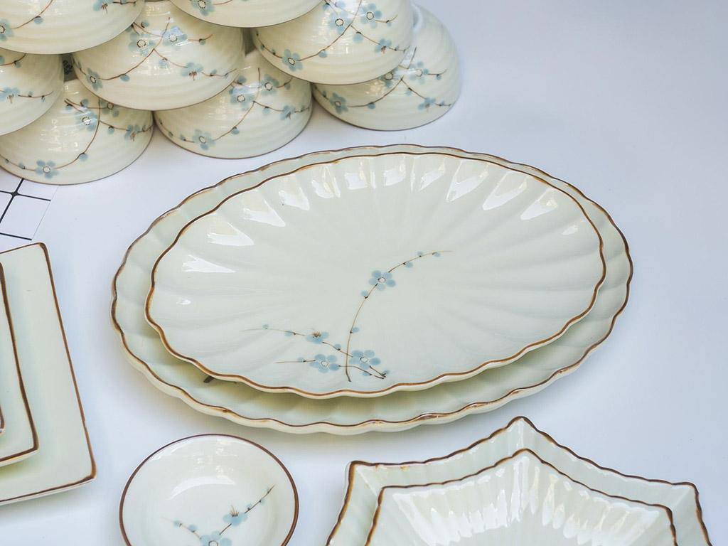 Bộ bát đĩa Bát Tràng men kem vẽ hoa Đào xanh đầy đủ - đĩa kía